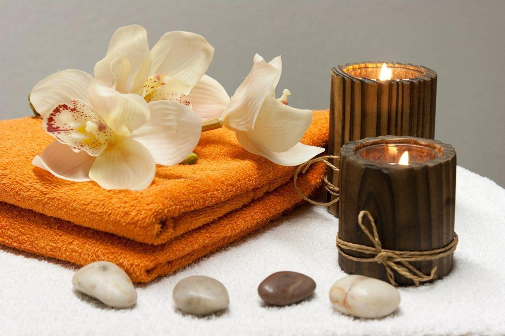 ציוד לספא - נרות, מגבת ואבנים חמות