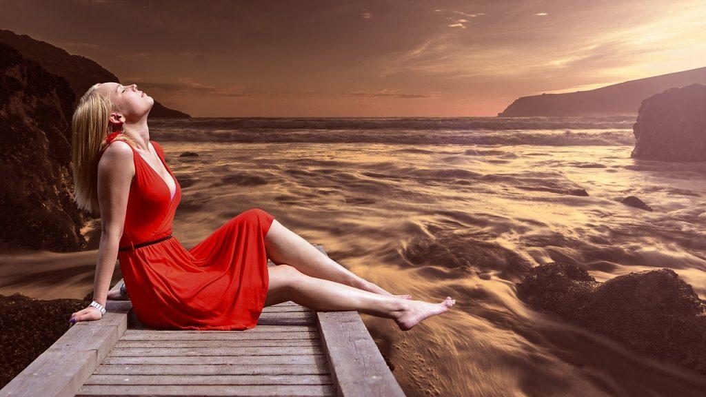 אישה נהנת מהים