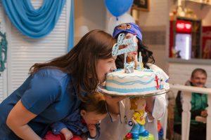 ילדה נוגסת בעוגה