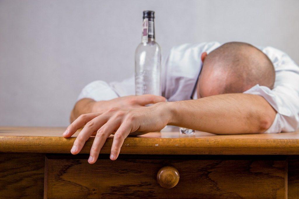 גבר מחבק בקבוק