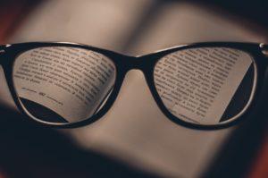 משקפיים וספר
